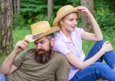 Нося шляпы солнца защищают голову и волосы от солнца Выберите правильные одежду и оборудование к походу и пикнику леса Пара стоковое фото rf