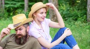 Нося шляпы солнца защищают голову и волосы от солнца Выберите правильные одежду и оборудование к походу и пикнику леса причины стоковые фотографии rf