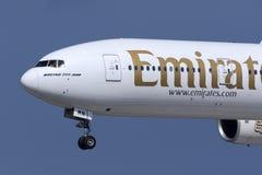 Нос близкий вверх эмиратов 777 в полете Стоковые Фото