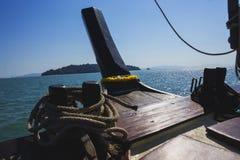Нос деревянного корабля плавая в море Стоковая Фотография
