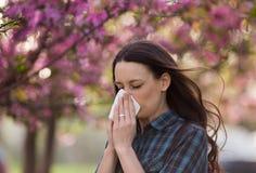 Нос женщины дуя из-за аллергии цветня весны Стоковые Изображения