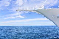 Нос красивого белого корабля на море Стоковое фото RF