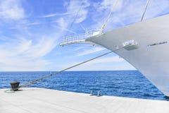 Нос красивого белого корабля на море Стоковое Изображение