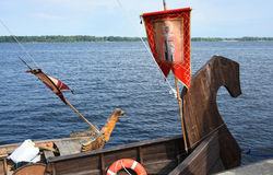 Нос старого русского корабля - грачонок всегда был украшен с диаграммой древесины и знаменем с изображением, sain стоковое фото rf