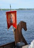Нос ` s грачонка был украшен с высекаенными деревянными диаграммой и знаменем стоковая фотография