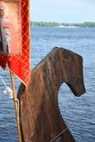 Нос ` s грачонка был украшен с высекаенными деревянными диаграммой и знаменем стоковая фотография rf