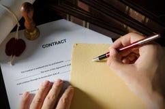 Нотариус подписывая контракт с авторучкой Стоковая Фотография RF