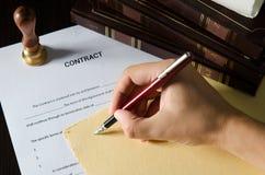 Нотариус подписывая контракт с авторучкой Стоковые Фото