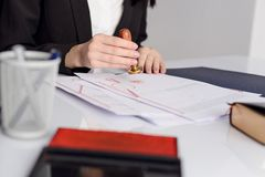 Нотариус notarize завет на государственном офисе государственного нотариуса стоковые изображения rf