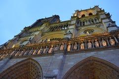 Нотр-Дам в Париже к ноча Стоковая Фотография RF