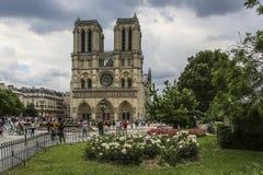 Нотр-Дам Парижа, Франции, взгляда лета стоковые фотографии rf