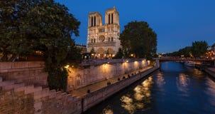 Нотр-Дам de Париж и Река Сена на сумерк Франция paris акции видеоматериалы