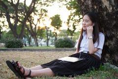 Нот азиатской женщины слушая Стоковое Изображение RF