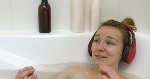 нот ванны слушая к женщине видеоматериал