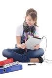 Нот девочка-подростка слушая с ПК таблетки Стоковые Фотографии RF