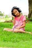 нот девушки слушая к детенышам Стоковые Фото