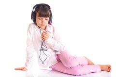 нот девушки слушая к Стоковое Фото