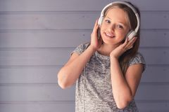 нот девушки слушая подростковое к Стоковое фото RF