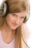 нот девушки слушая подростковое к Стоковые Фото