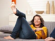 нот девушки слушая предназначенное для подростков Стоковое Фото