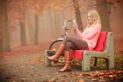 нот девушки слушая ся к Стоковое Изображение RF