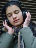 нот девушки слушая Стоковое Фото