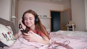 нот девушки слушая к акции видеоматериалы