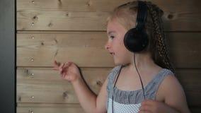 нот девушки слушая к видеоматериал