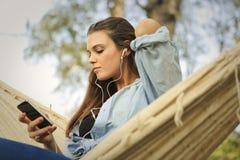 нот девушки слушая к стоковая фотография rf