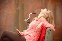 нот девушки слушая ся к Стоковые Фотографии RF