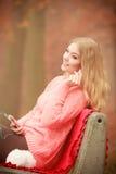 нот девушки слушая ся к Стоковая Фотография