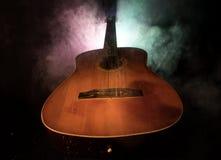 нот иллюстрации электрической гитары принципиальной схемы Акустическая гитара на темной предпосылке под луч светом с дымом Гитара Стоковое фото RF