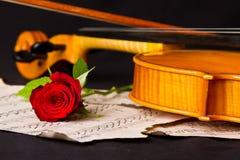 Нот листа скрипки и подняло Стоковые Изображения RF