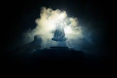 нот иллюстрации электрической гитары принципиальной схемы Акустическая гитара на темной предпосылке под луч светом с дымом с косм Стоковая Фотография RF