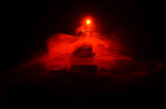 нот иллюстрации электрической гитары принципиальной схемы Акустическая гитара на темной предпосылке под луч светом с дымом с косм Стоковые Изображения