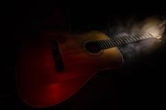 нот иллюстрации электрической гитары принципиальной схемы Акустическая гитара на темной предпосылке под луч светом с дымом с косм Стоковые Фото