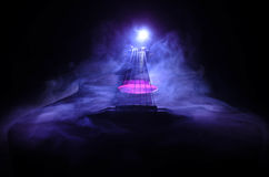 нот иллюстрации электрической гитары принципиальной схемы Акустическая гитара на темной предпосылке под луч светом с дымом с косм Стоковые Фотографии RF