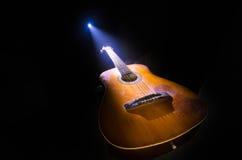 нот иллюстрации электрической гитары принципиальной схемы Акустическая гитара на темной предпосылке под луч светом с дымом с косм Стоковое фото RF