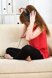 нот красивейшей девушки слушая подростковое к Стоковые Изображения RF