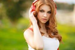 нот красивейших наушников слушая к женщине Стоковое фото RF