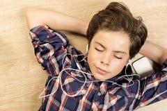 нот мальчика слушая к Стоковая Фотография RF