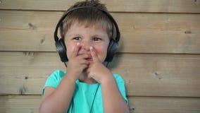 нот мальчика слушая к акции видеоматериалы