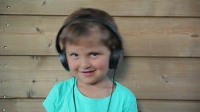 нот мальчика слушая к видеоматериал