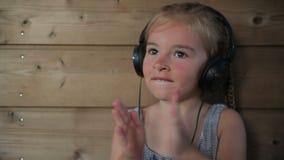 нот наушников девушки слушая к акции видеоматериалы