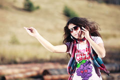 нот наушников девушки слушая к Стоковая Фотография RF