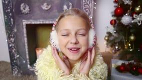 нот наушников девушки слушая Chirstmas сток-видео