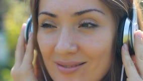 нот наушников слушая к женщине красивейший портрет девушки Крупный план стороны видеоматериал