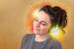 нот наушников слушая к детенышам женщины Стоковое Изображение