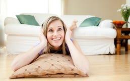 Нот счастливой женщины слушая лежа на поле Стоковые Фотографии RF