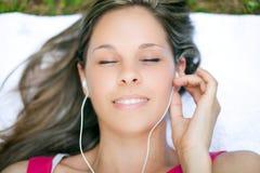 нот травы слушая лежа к женщине стоковая фотография